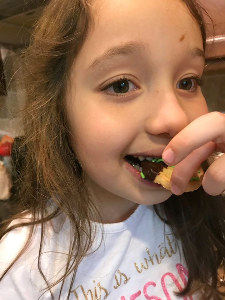 We've all been there. Someone's eaten the last of the beloved Thin Mints Girl Scout Cookies! Avoid a potential crisis with this easy 2 minute Thin Mints cookie recipe that will turn ho-hum cookies into extraordinary Thin Mints copy cats! #ThinMintsRecipe #ThinMints #Trefoils